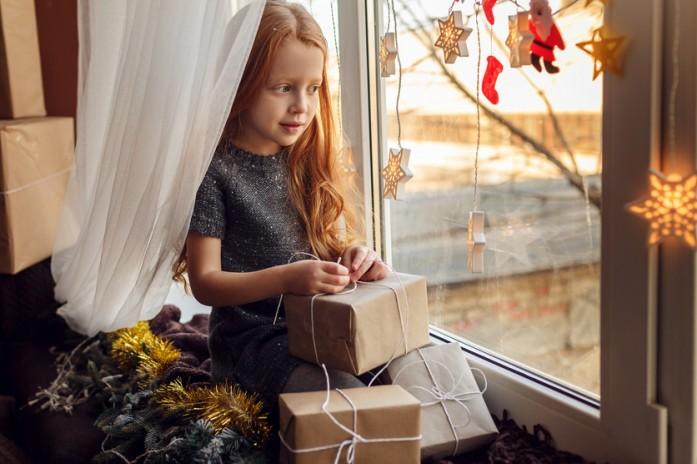 Девочка с подарками на Новый год