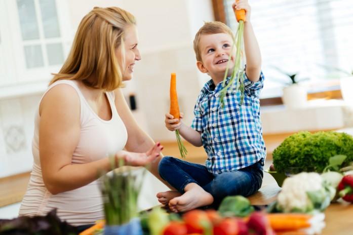мальчик с мамой готовит овощи