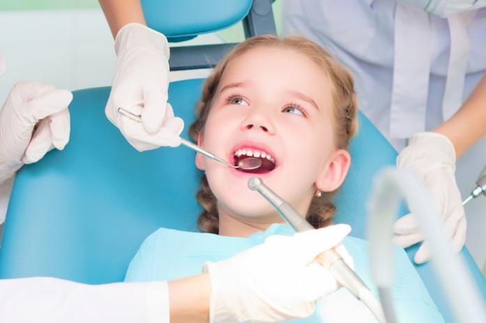 Девочка ставит пломбу у стоматолога