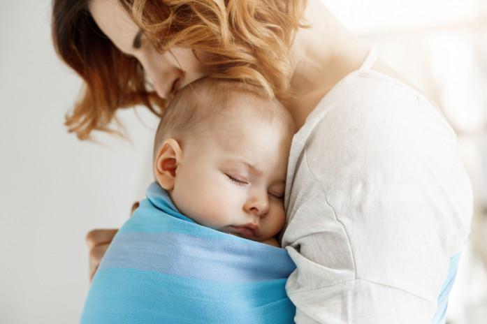Мама с ребенком в слинге