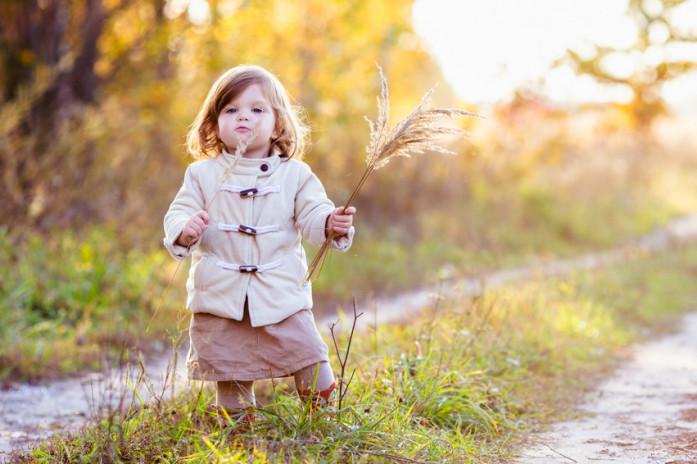прогулка с ребенком в парке или лесу