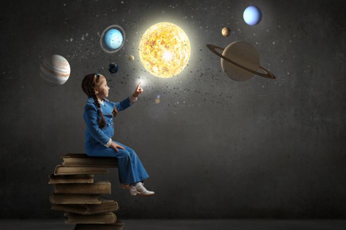 девочка хорошо разбирается в теме космоса