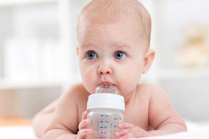 ребенок до года пьет воду