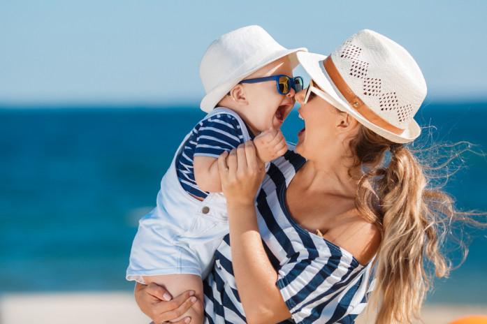 мама з дитиною біля моря