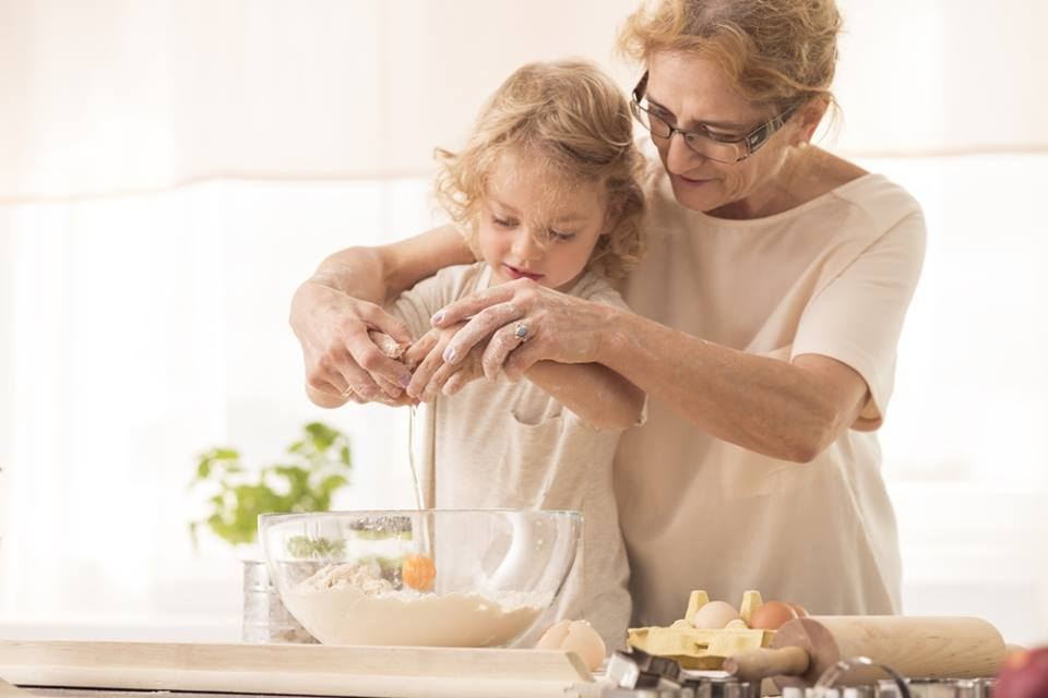 Бабушка готовит на кухне
