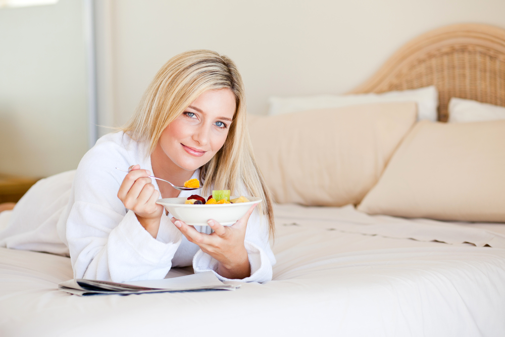 Женщина ест фрукты