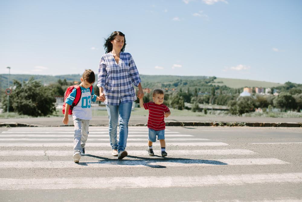 Дети переходят дорогу фото