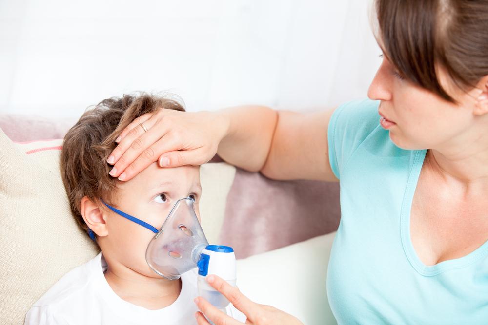 Мама делает ингаляцию ребенку