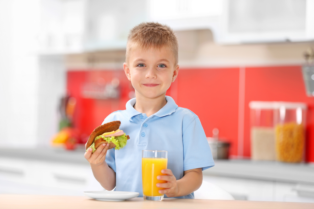 Апельсиновый сок и бутерброд