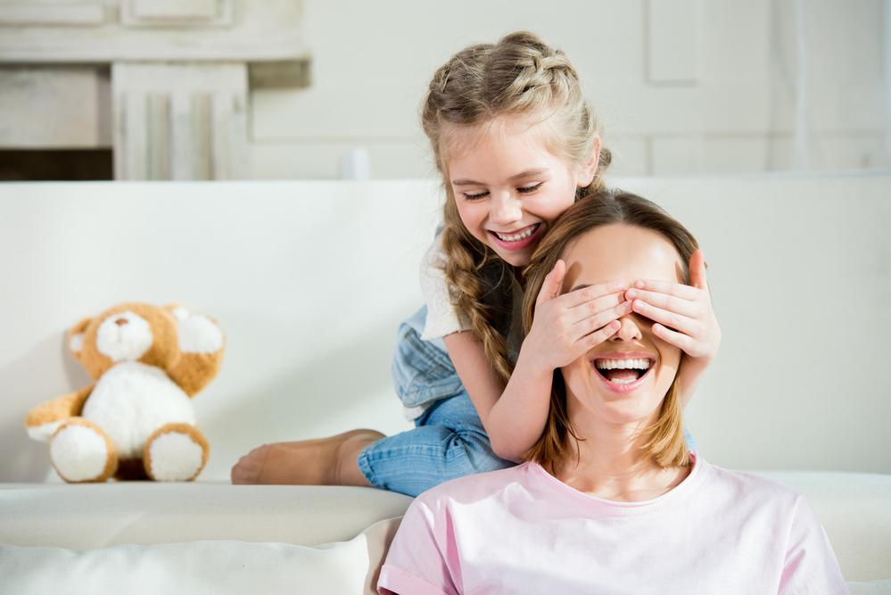 Дочка грає з мамою в хованки