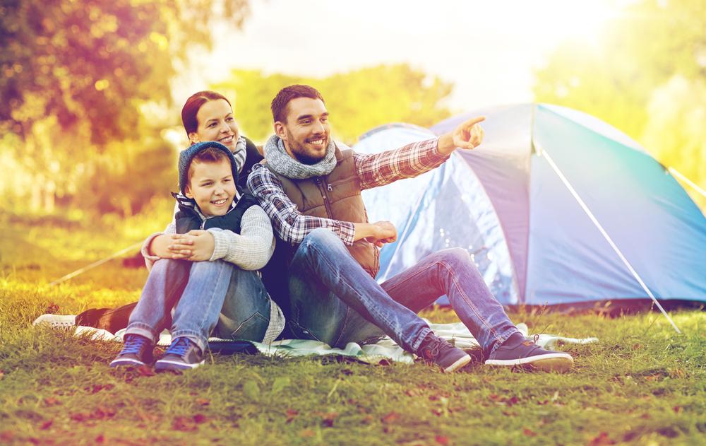 Щаслива родина в турпоході з наметом