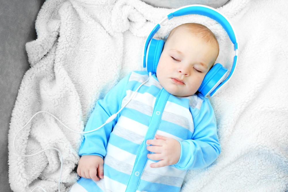 Недоношенный ребенок слушает музыку
