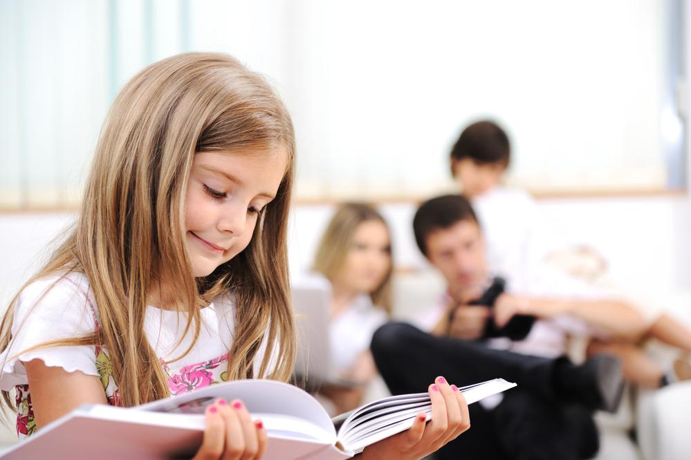 Девочка читает загадки на украинском языке