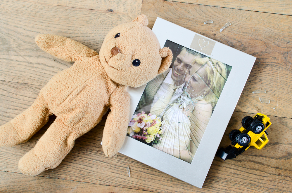 Разбитая фотография супругов
