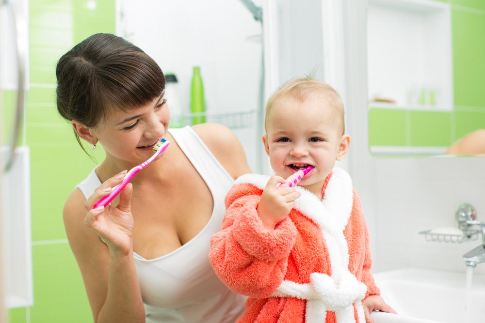Малыш учится чистить зубы