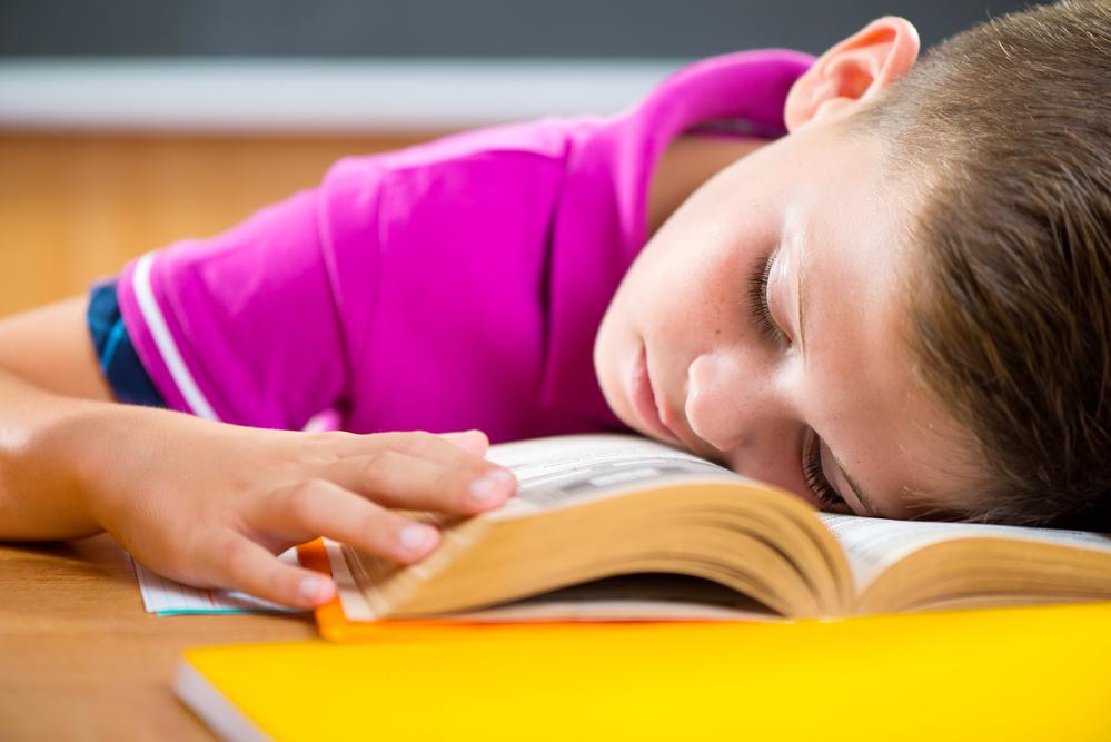 Школьник спит