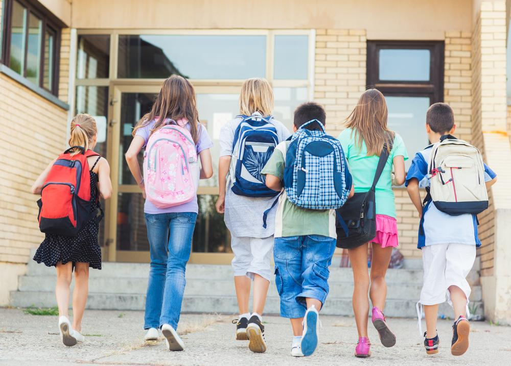 діти йдуть до школи