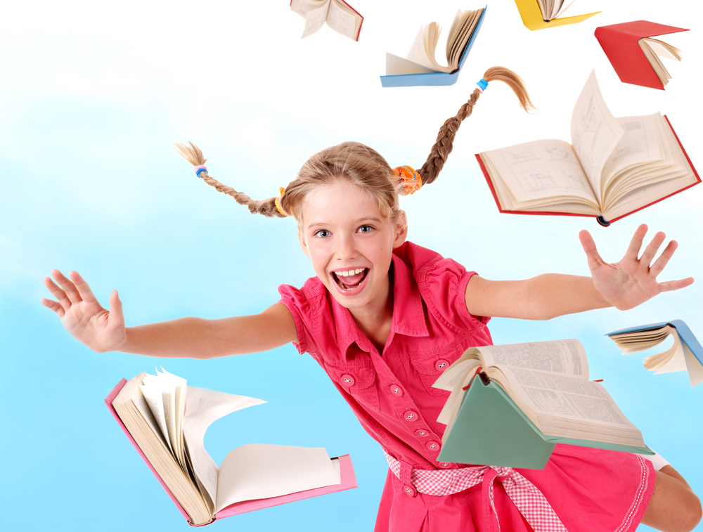 Девочка летает с книгами