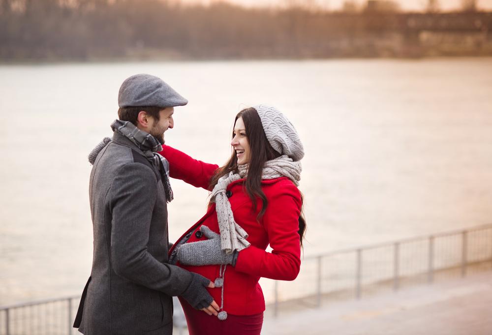 Беременная женщина с мужем на прогулке