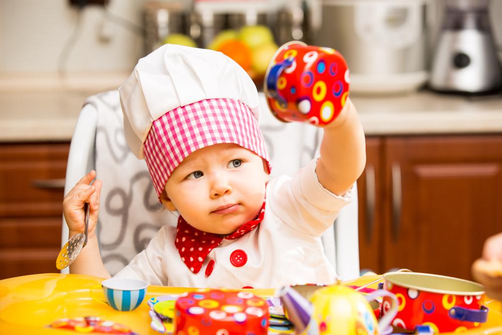 малюк на кухні
