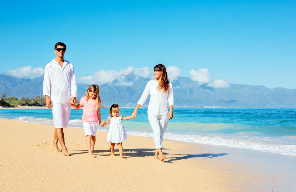 Семья гуляет по морскому пляжу - профилактика астмы