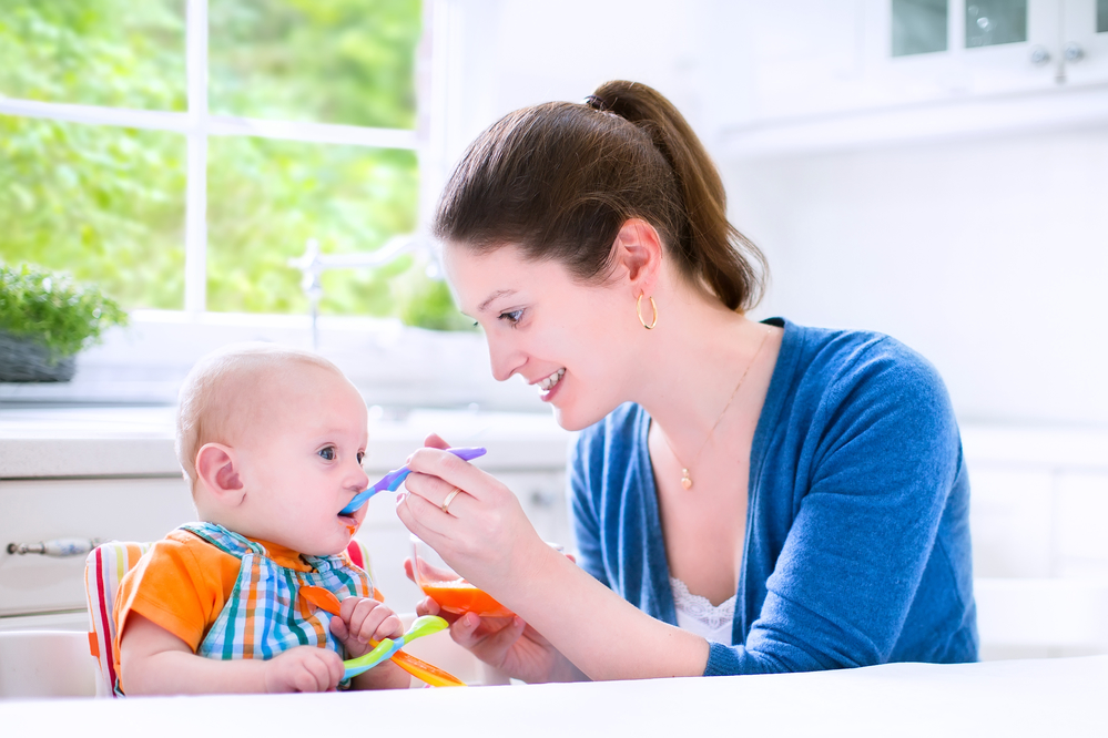 Мама вводит прикорм малышу