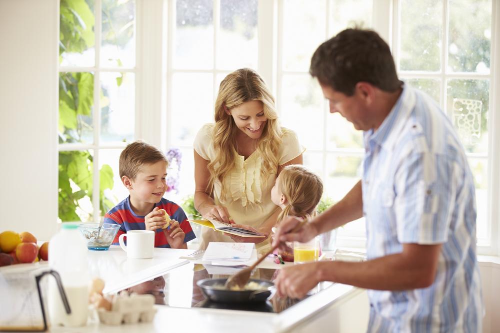 Семья завтракает