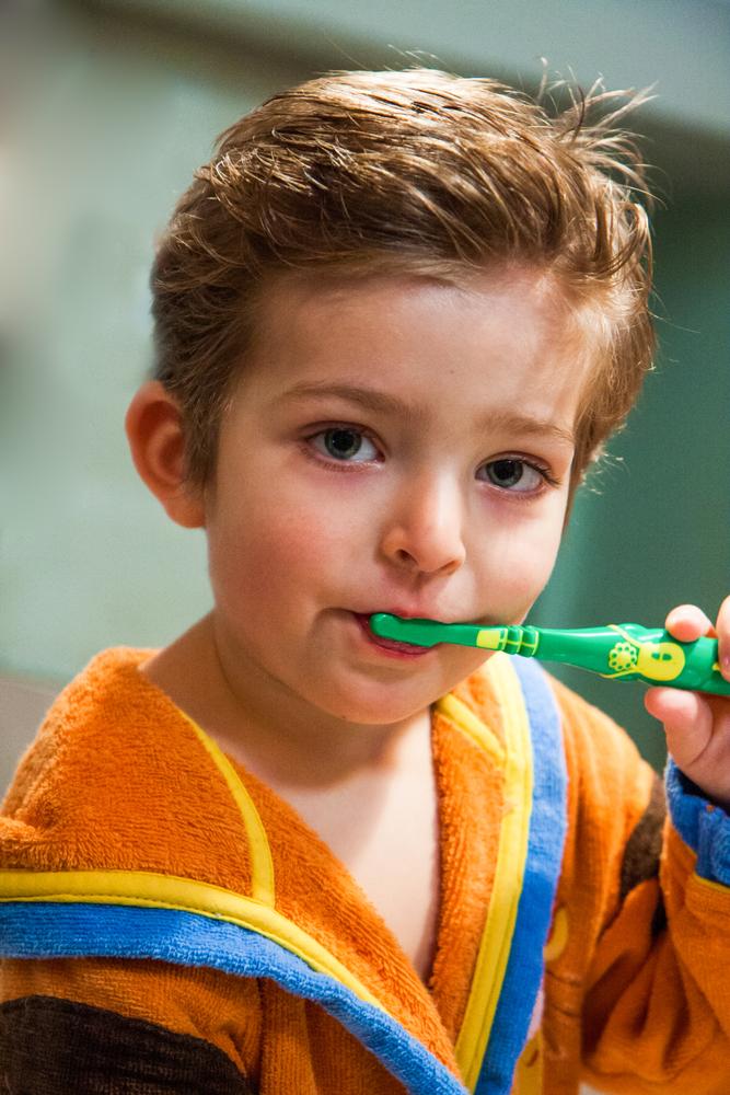 мальчик чистит молочные зубы