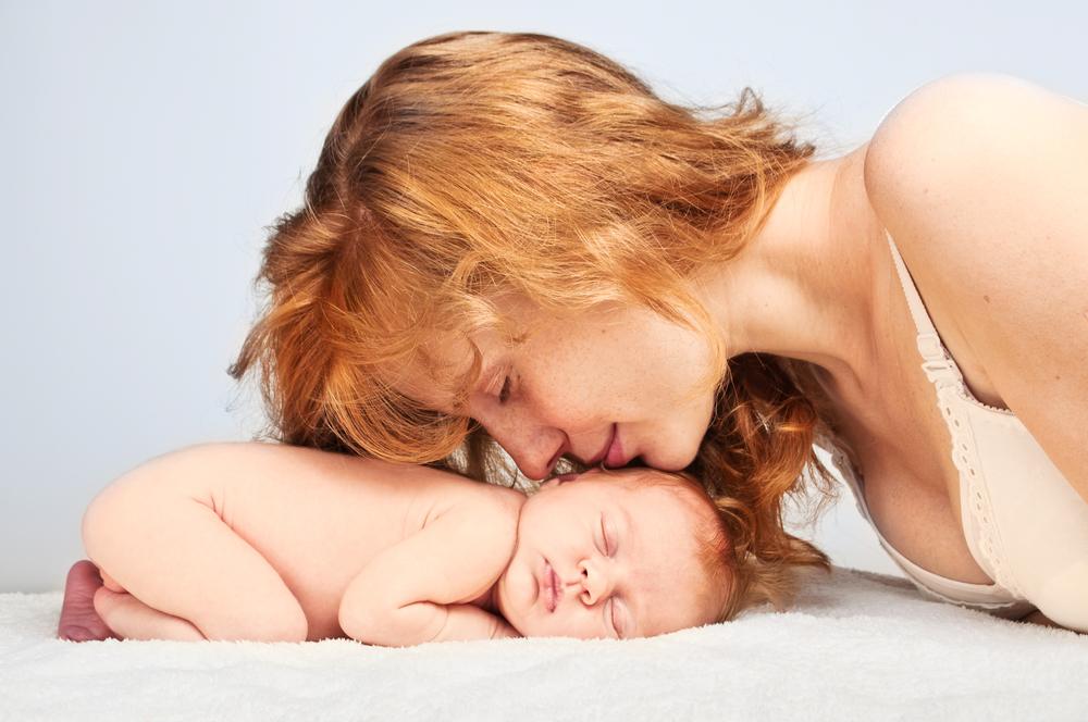 Мама з немовлям після кесаревого
