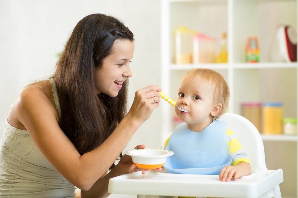 Мама кормит малыша творогом