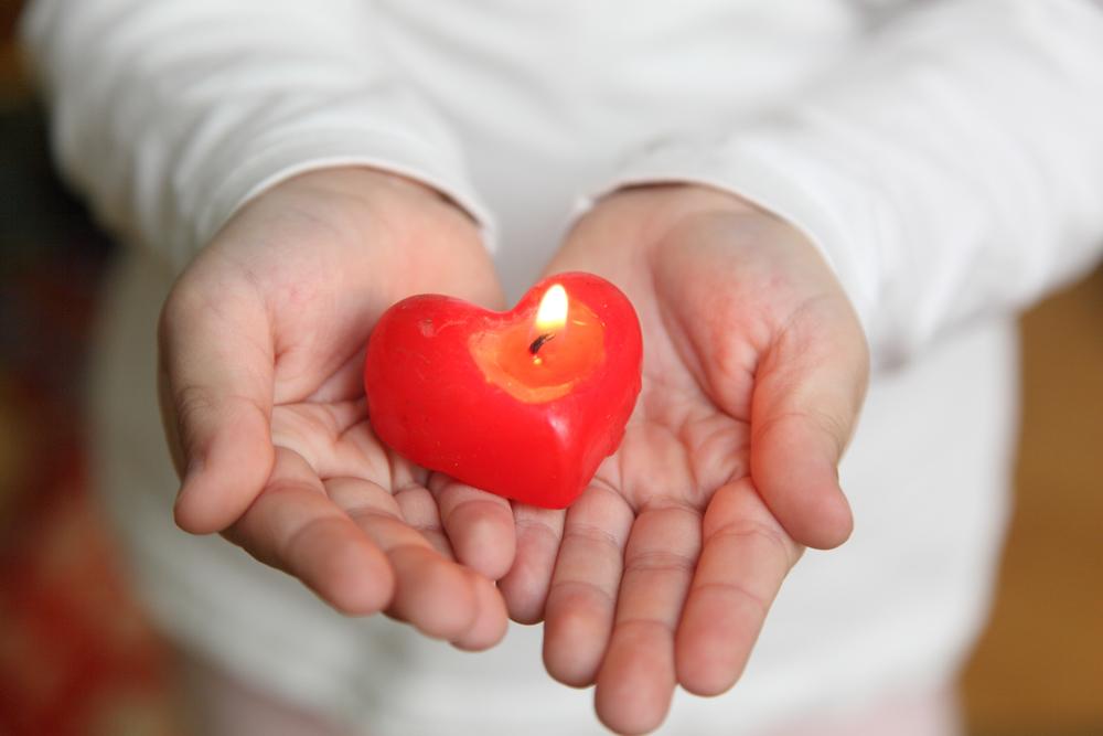 Свеча-сердечко в руках ребенка