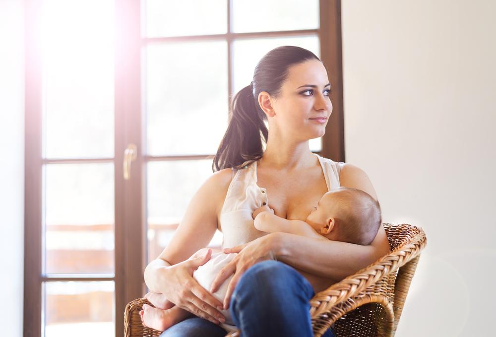 Мама годує немовля