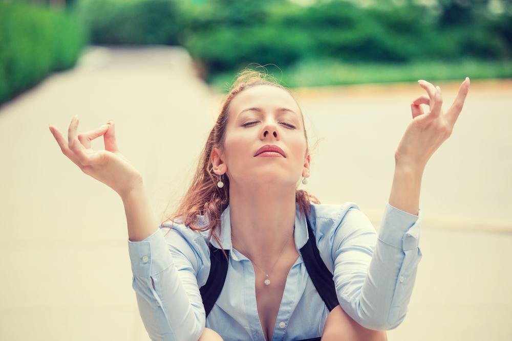 Жінка медитує на природі