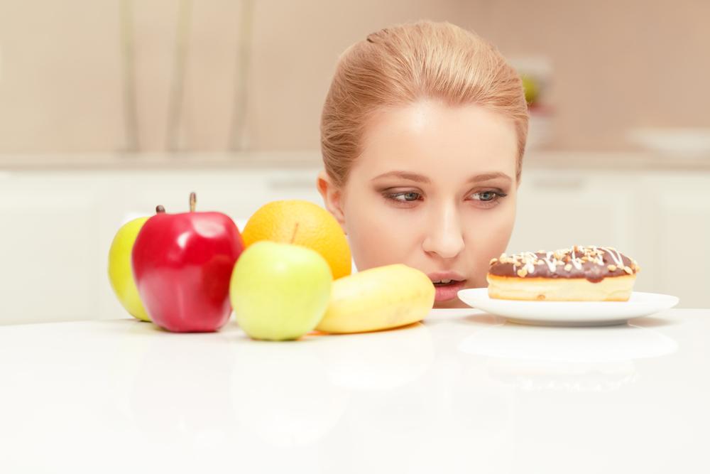 Женщина выбирает что есть