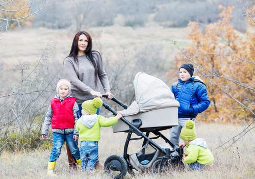 Мама з дітьми на прогулянці