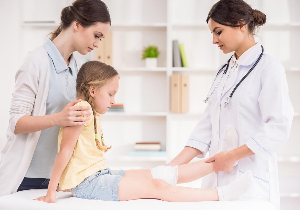 девочка у врача с переломом