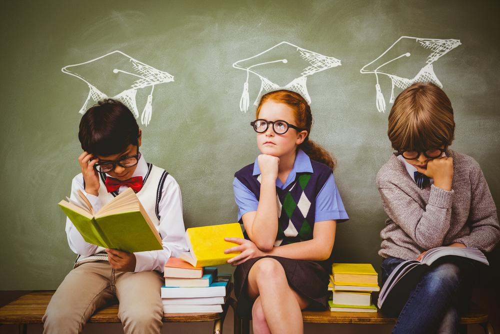 Трое детей в очках учатся