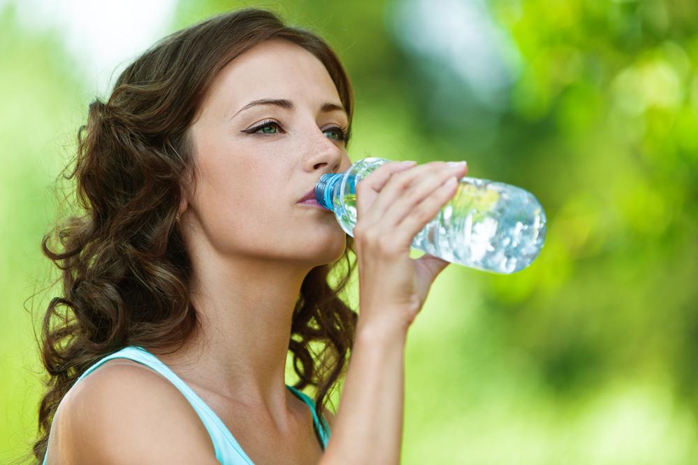 Жінка п'є воду - жага як ознака діабету