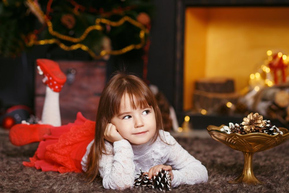 Девочка на Рождество мечтает