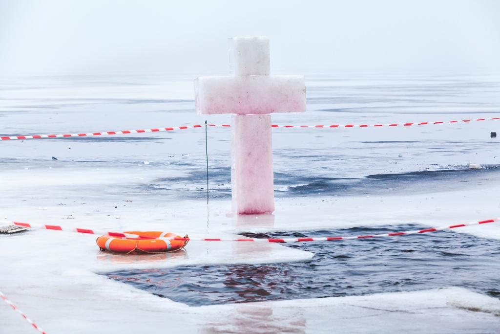 Хрест у ополонці на Водохреще