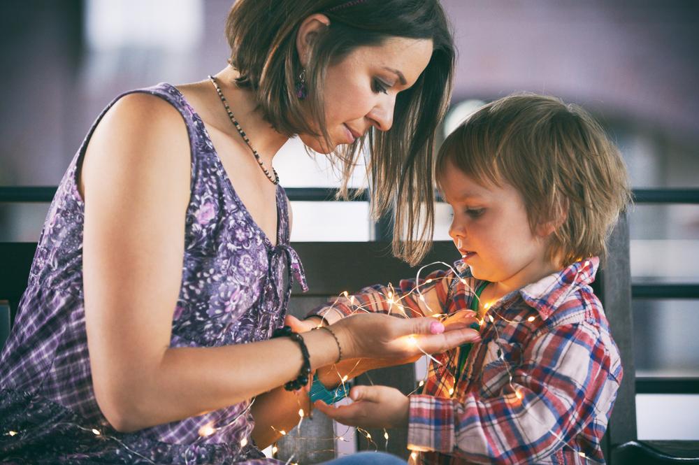 Семейная фотосессия с использованием гирлянд станет теплой и сказочной