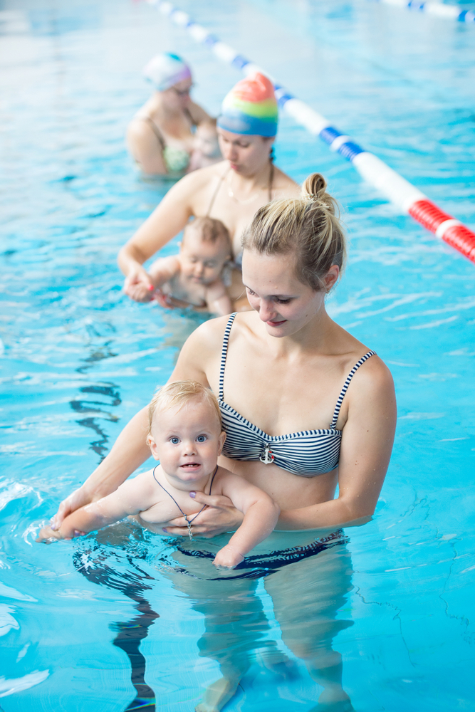 плавать в бассейне