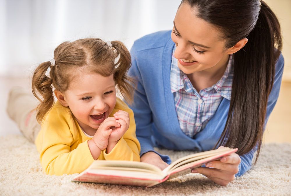 Картинки мама читает дочке книгу